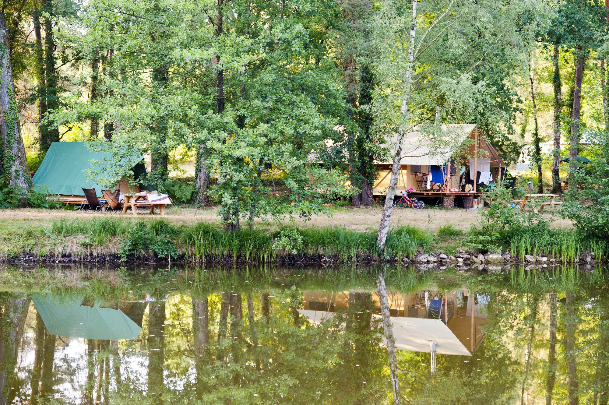 Lakeside camping to the north of the Loire valley with a swimming pool, restaurant and bar plus a handful of glamping options.