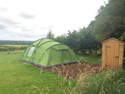 Back to basics boutique camping in Oxfordshire. No frills, no gimmicks and no hefty price tag, just a simple meadow with endless views of the Cotswolds.