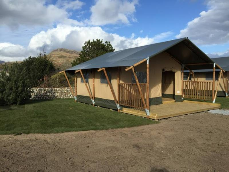 Woody safari tent with hot tub and log burner