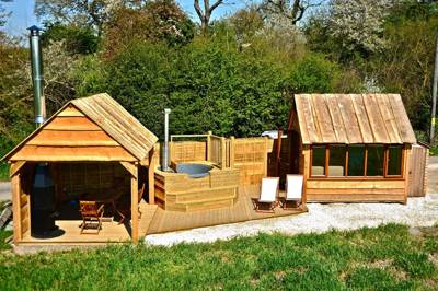An ingenious and original family glamping pod in the heart of the Warwickshire countryside.