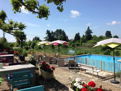A relaxed Dordogne campsite with a swimming pool, a swimming lake and a family-friendly atmosphere.