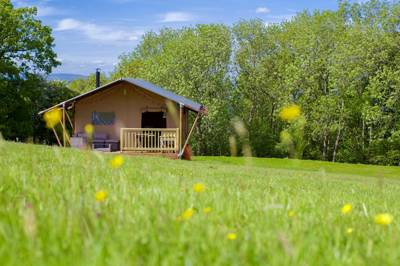 Safari tent glamping on an established and beautiful farm near to the famous book town of Hay on Wye.