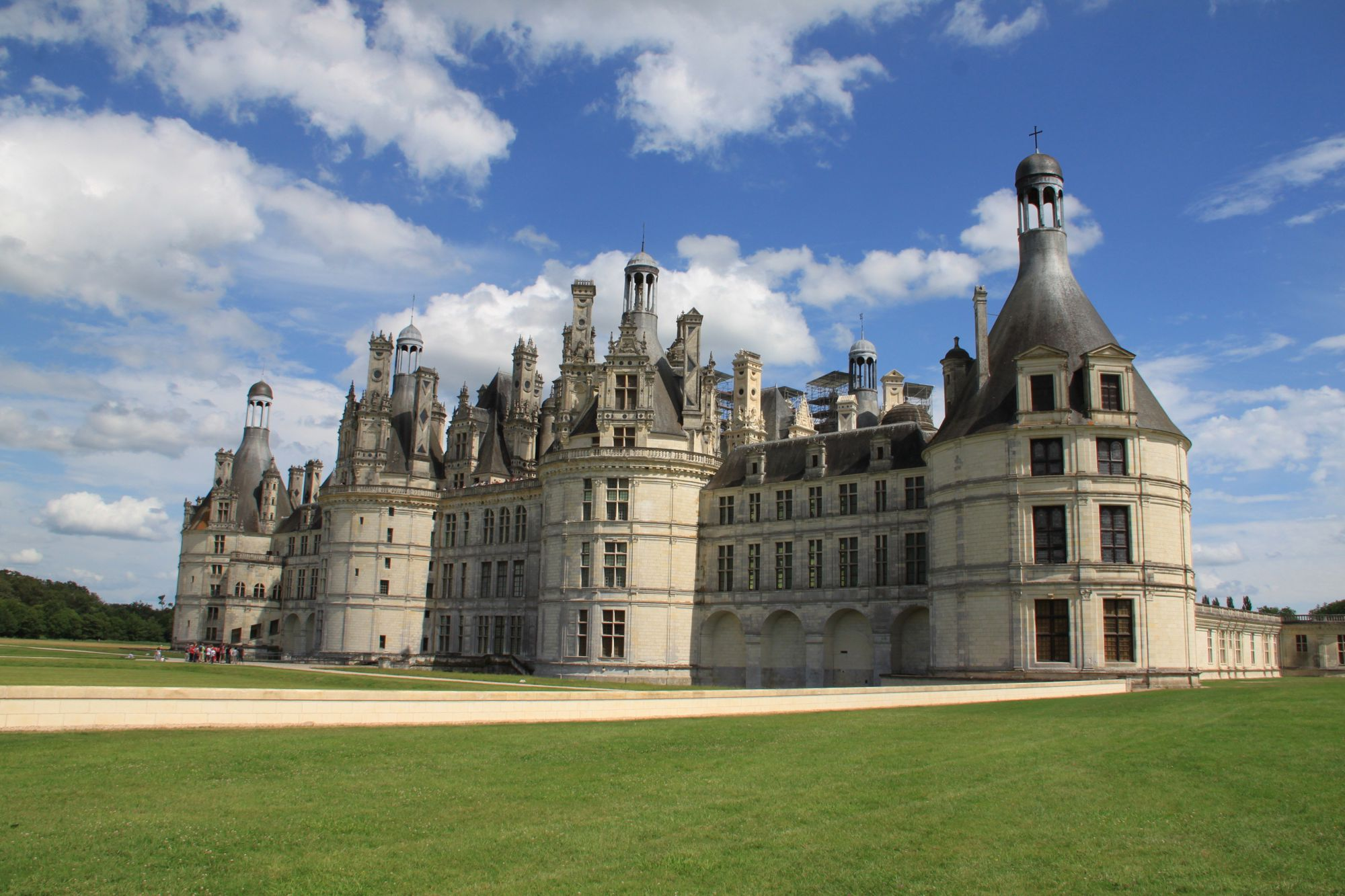 The perfect French camping destination for exploring the nation's castles, poised between the castles of Chambord and Cheverny.