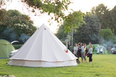 Family-friendly, traditional New Forest camping with a pub next door and footpaths leading directly from the gateway.