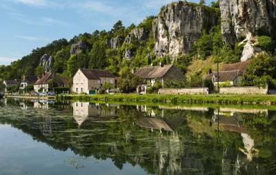 A riverside family campsite in the Bourgogne region with camping and caravanning pitches, glamping pods and excellent modern facilities.